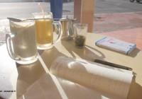 Carnet de voyage, thé à la menthe, jus de fruits secs et guide de vocabulaire marocain © Xavier Desmet - alohabrah.fr