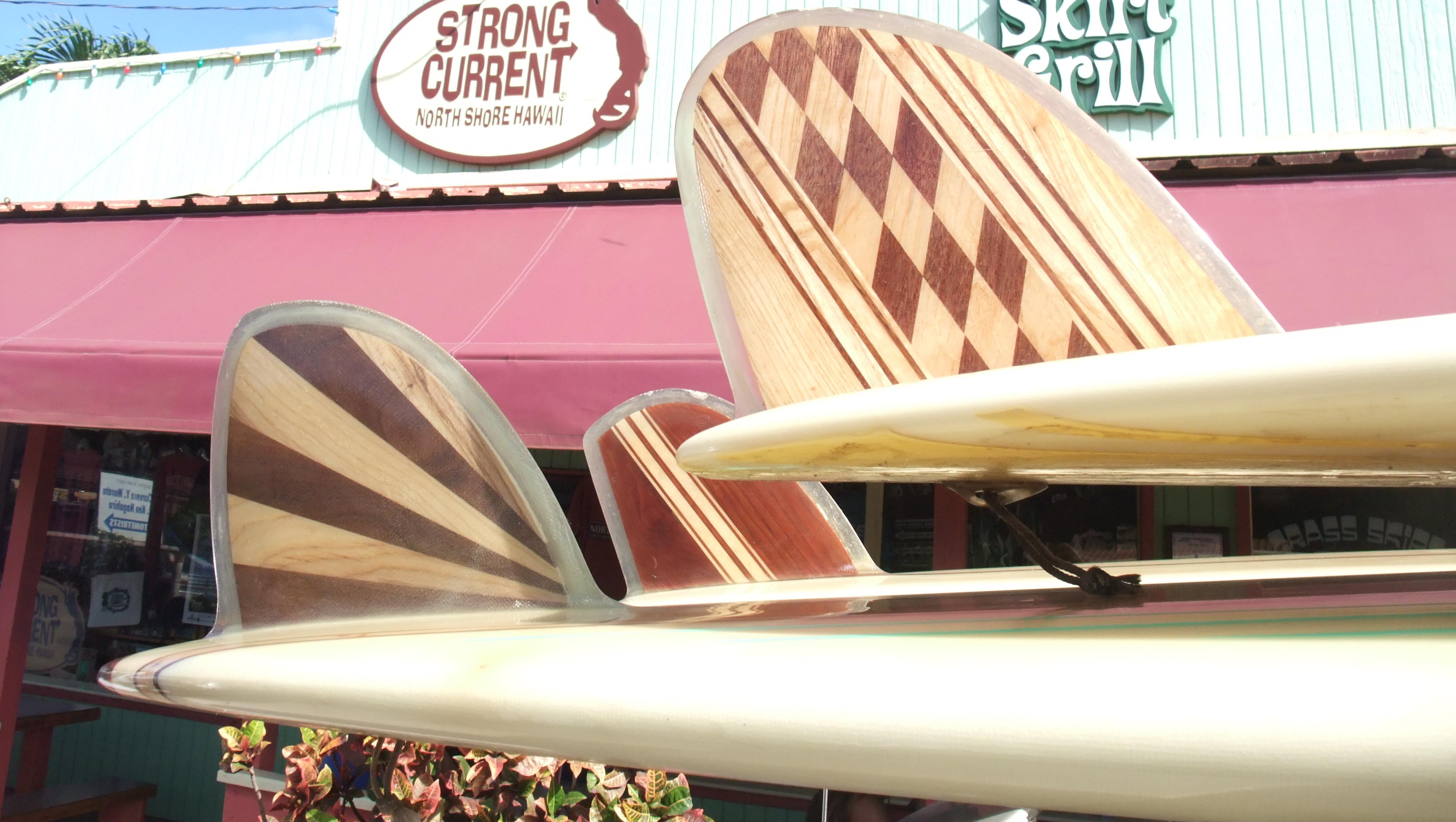 Dérives old school en bois posées sur de vieux longboard vintage