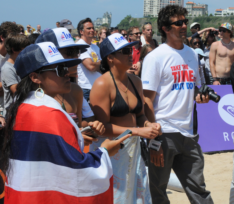 Hawaiian friends and Philippe assistant à la remise de la coupe du Monde à Carissa Moore