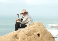 Jeune berger au bord des falaises  © Xavier Desmet - alohabrah.fr