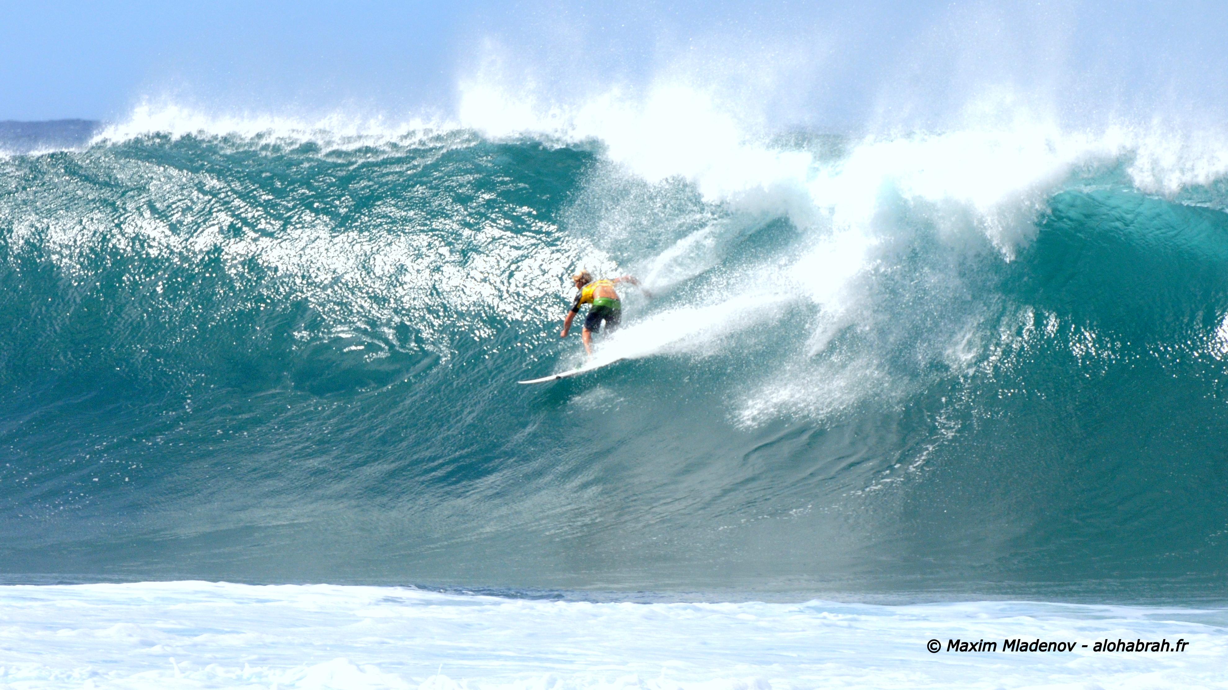 John Florence (HAW) partant sur une des rares vagues de BACKDOOR ce jour de houle orientée Ouest, Nord Ouest - Round 4, Heat 2, le 09-12-2011 © Maxim Mladenov, Hawaii