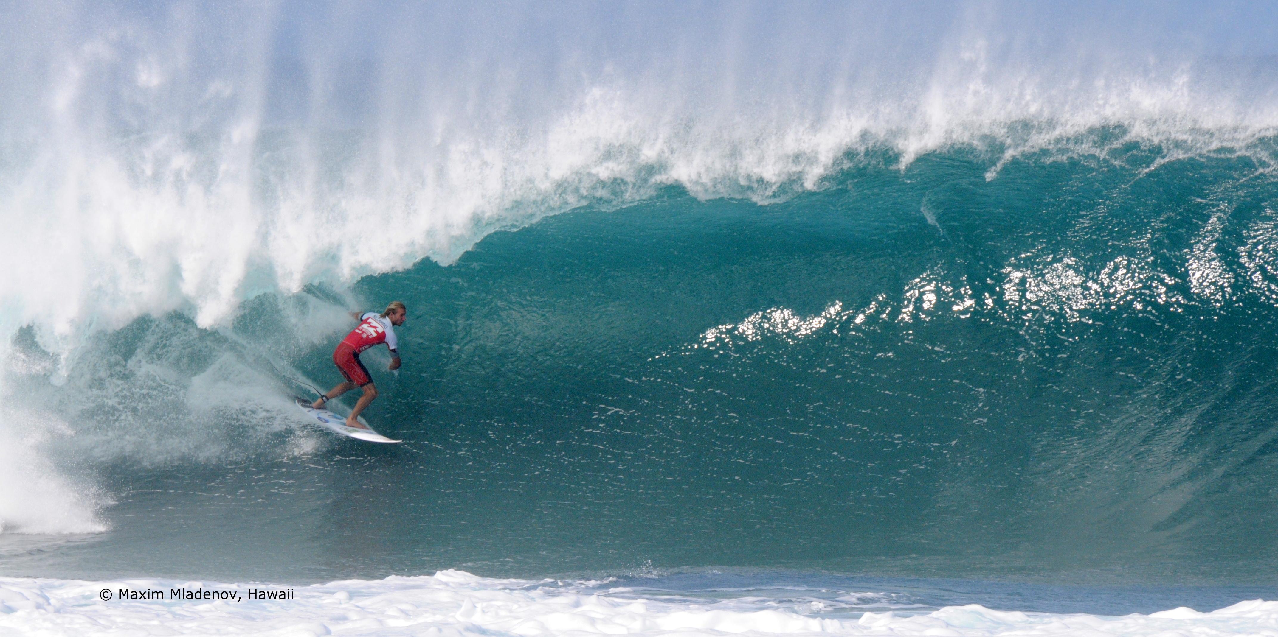 Owen Wright attaque fort dans son round 9 face à Evan Valiere (HAW) qui charge très fort aussi de son côté, le 09-12-2011 © Maxim Mladenov, Hawaii