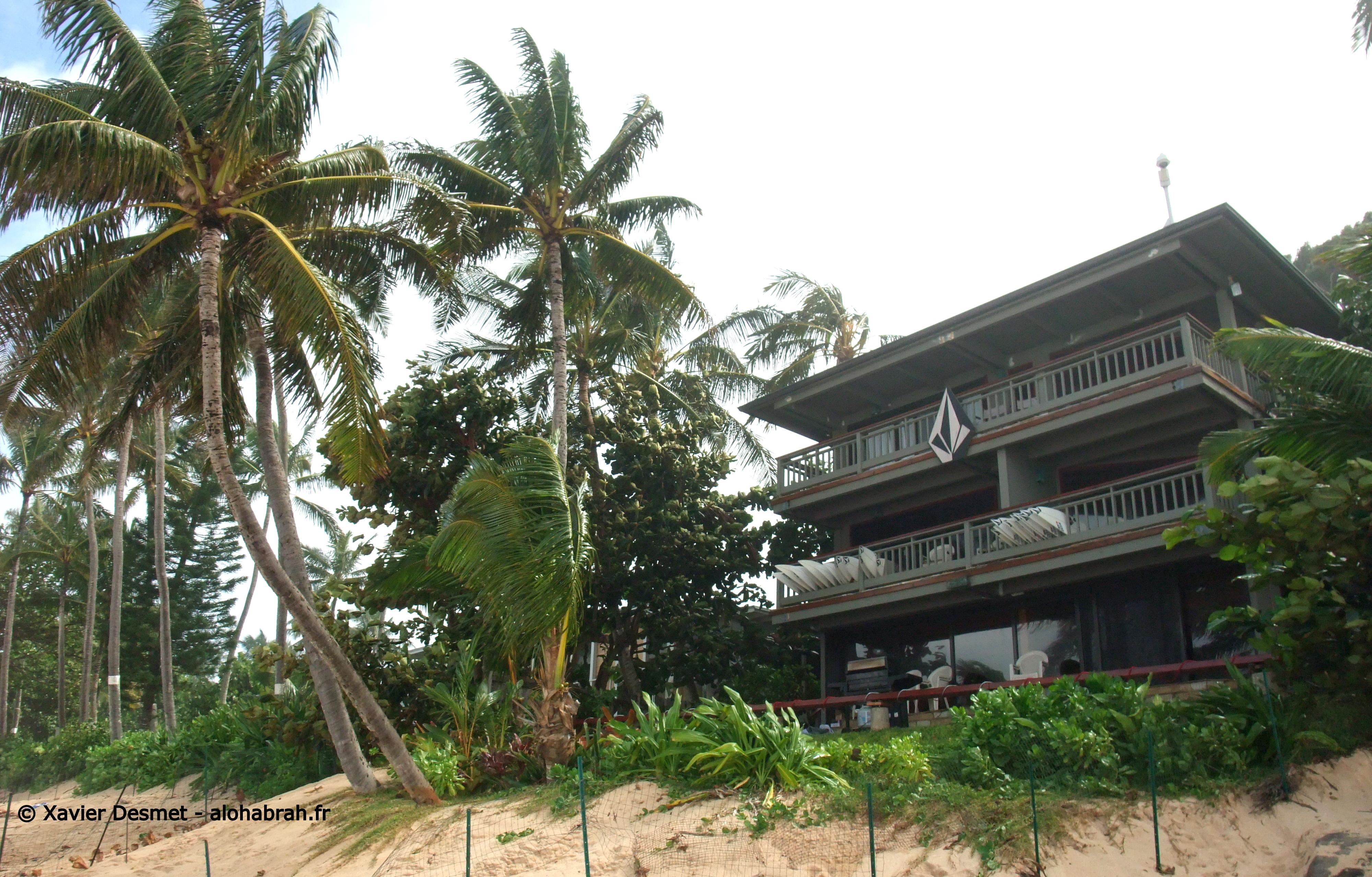 Volcom Pipe House en face du spot de Pipeline. Balcon de Surfboard, j