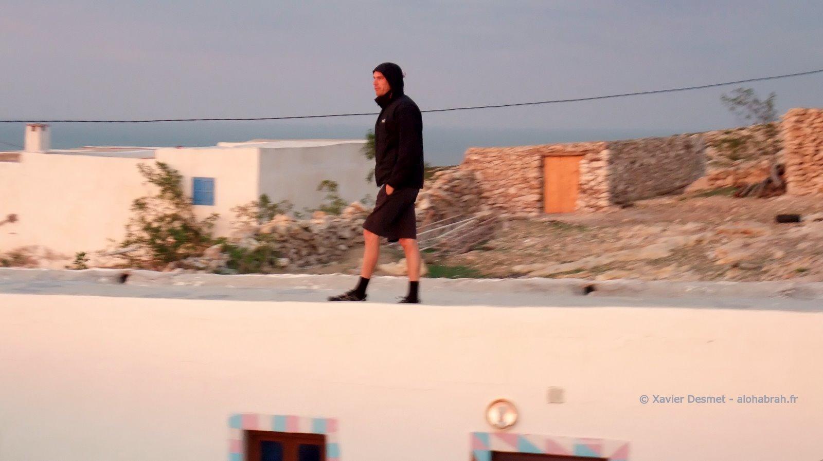 Check matinal sur le toit de la maison © Xavier Desmet - alohabrah.fr
