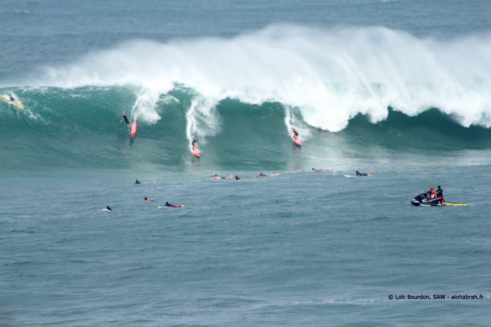 il y avait du monde à leau à waimea lors du swell du 04-01-12 © Loïc Bourdon, SAW - alohabrah.fr
