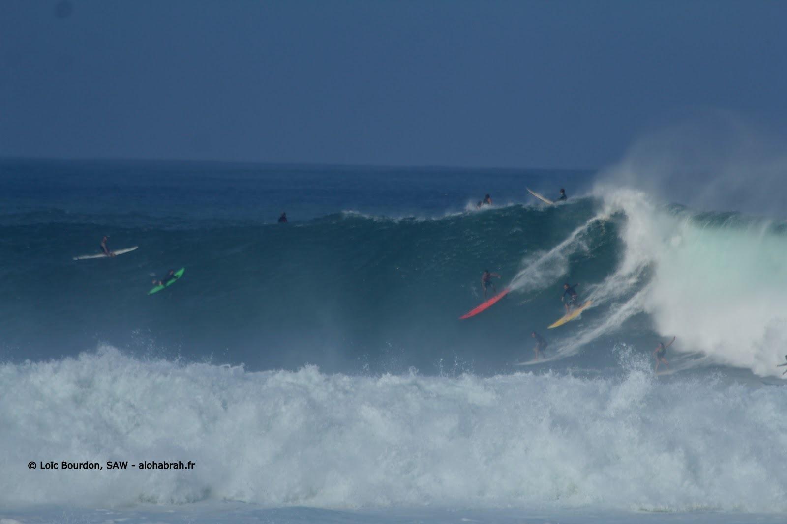 take-off à plusieurs sur la vague de waimea lors du swell du 04-01-12 © Loïc Bourdon, SAW - alohabrah.fr