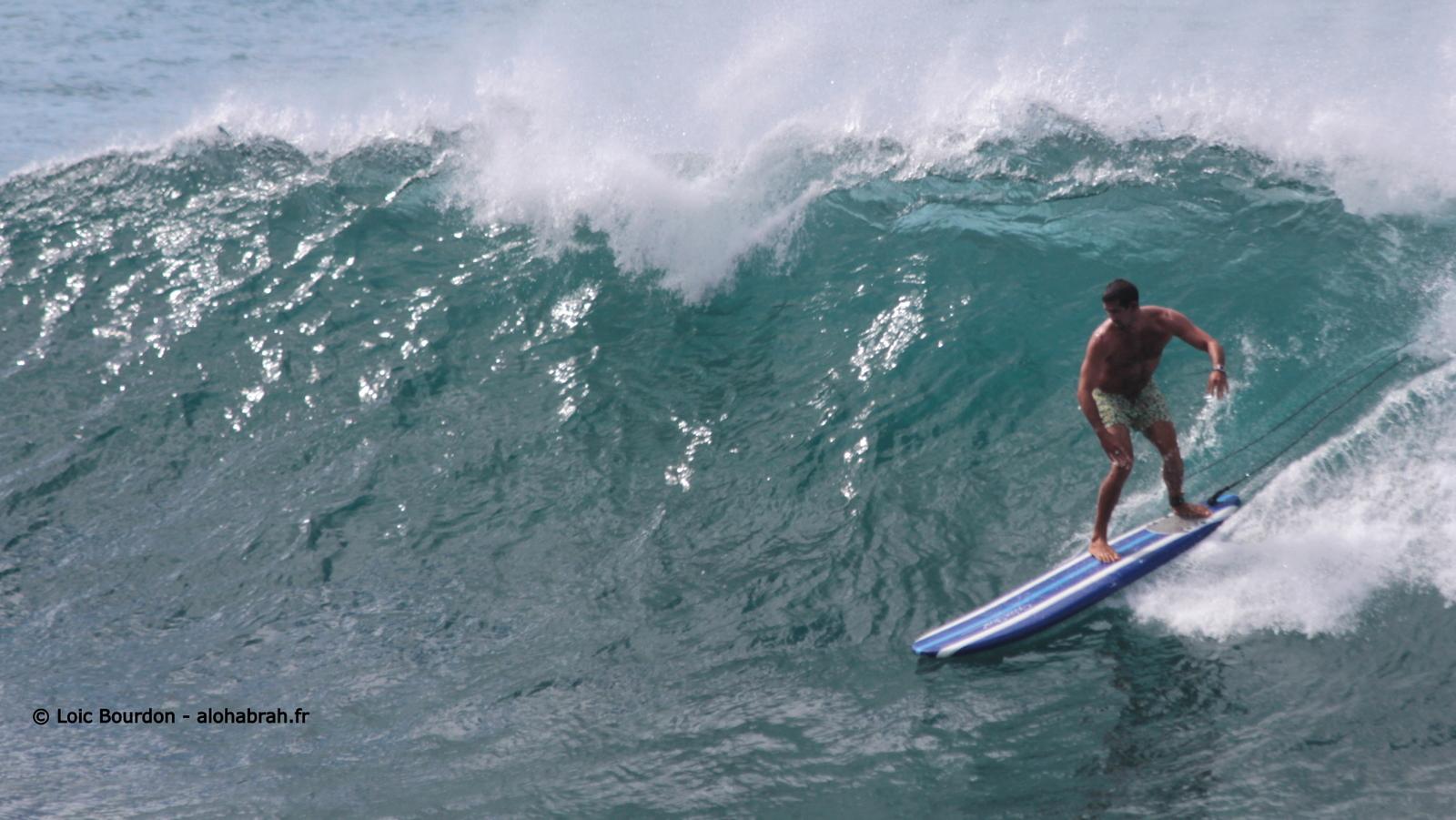 Avec un longboard en mousse, le gars gérais très bien son affaire a Pinball le petit Waimea © Loic Bourdon - alohabrah.fr