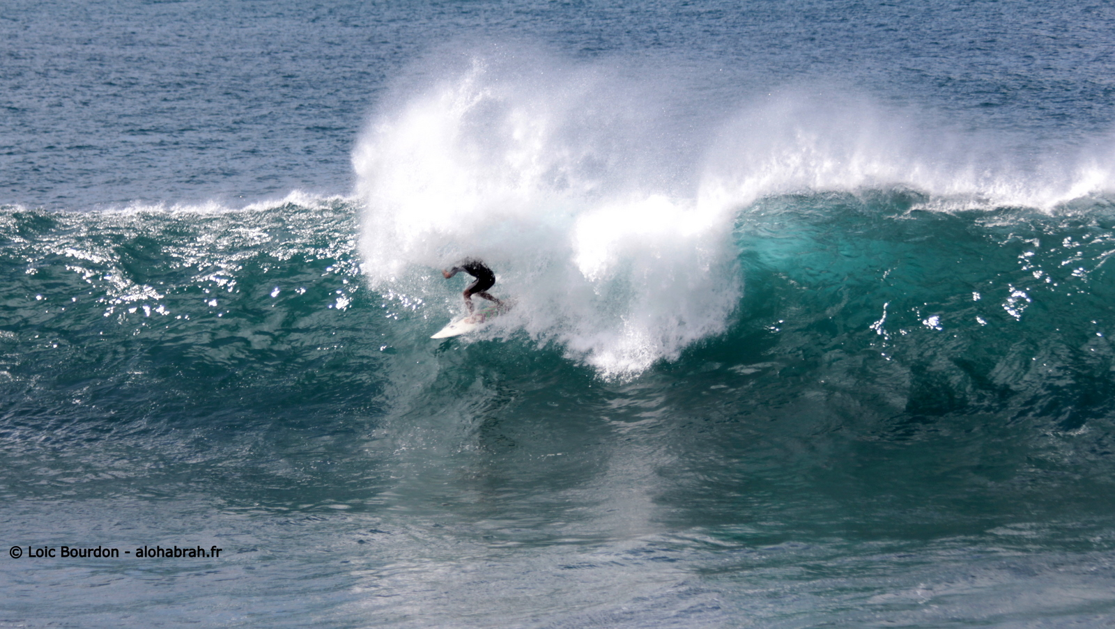 Drop under the lip, small Waimea © Loic Bourdon - alohabrah.fr