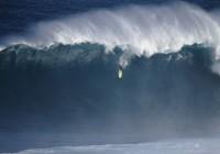 Dave Wassel (HI) attrape une vague à la rame à Jaws le 4 janvier 2012