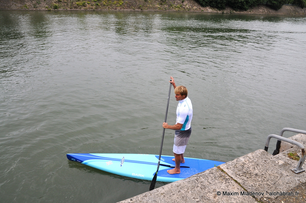 Laird Hamilton lançant son Stand Up Paddle sur la Seine © Maxim Mladenov - alohabrah.fr